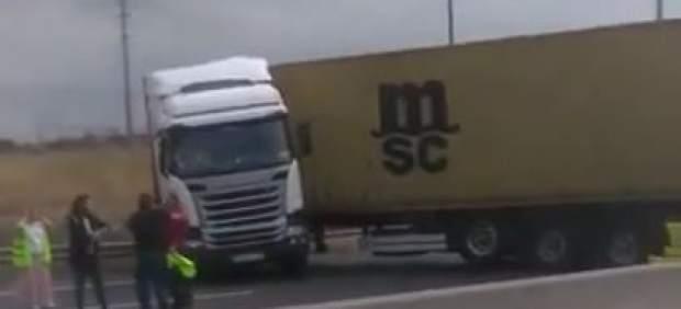 Uno de los camiones implicados en el accidente múltiple de la A-4.