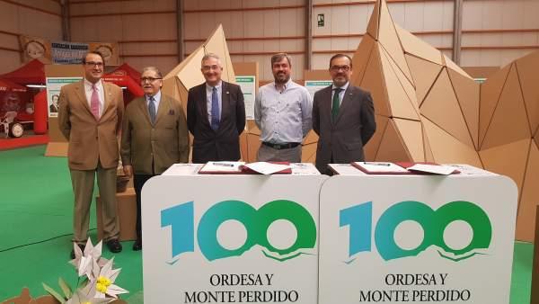 Autoridades en el stand del Centenario de Ordesa en Feria de Zaragoza
