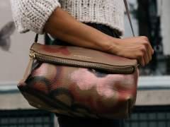 Una mujer con bolso