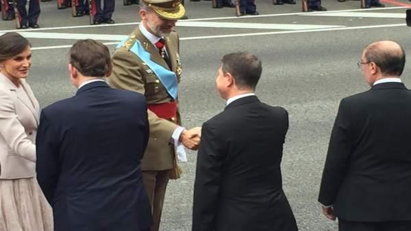 García-Page saludando a los reyes