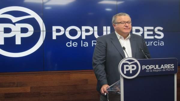 El senador y viceportavoz del PP, Francisco Bernabé, en la rueda de prensa