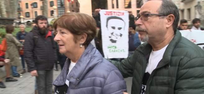 Arropan a los padres de Íñigo Cabacas al inicio del juicio