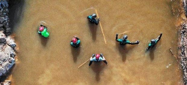 El mal estado del mar y la previsión de lluvia intensa complica la localización del pequeño ...