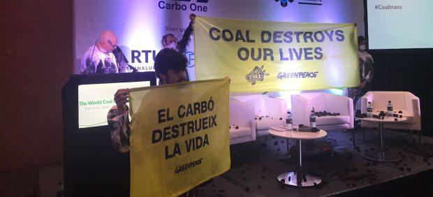 Activistas de Greenpeace interrumpen la conferencia internacional del carbón en Barcelona