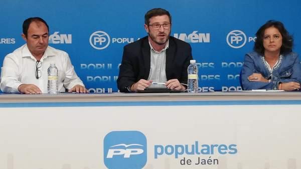 Miguel Contreras (c), junto a otros miembros del PP de Jaén.