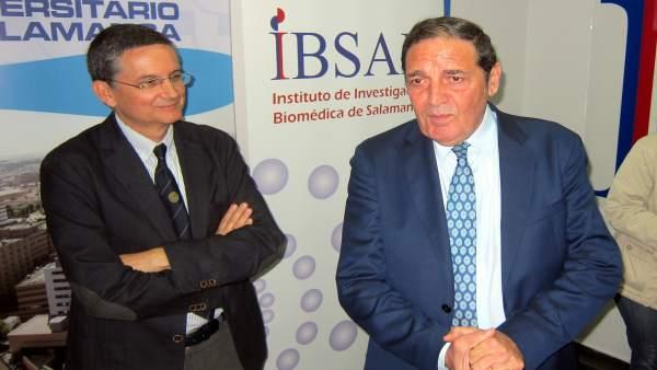 El consejero Sáez Aguado (derecha) junto al director del IBSAL, Rogelio González