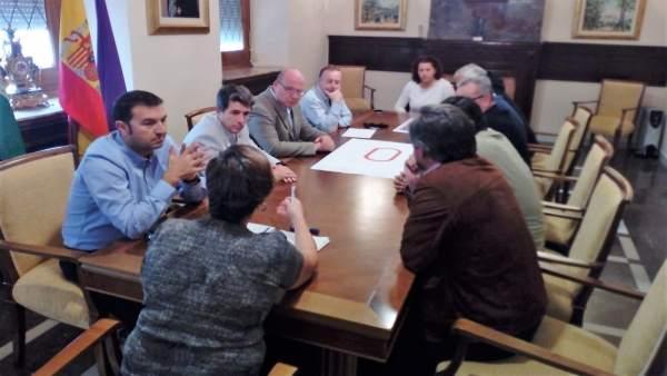 Reunión sobre la remodelación de la pista de atletismo de La Salobreja.