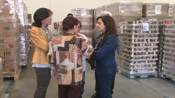 Carmen Sánchez este lunes en el centro de almacenamiento de Cruz Roja.