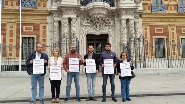 Los miembros de IU ante el Palacio de San Telmo