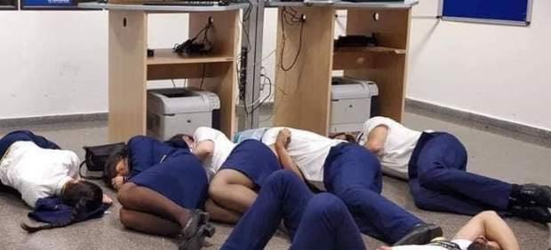 La imagen de unos tripulantes de Ryanair durmiendo en el suelo del aeropuerto de Málaga era un ...