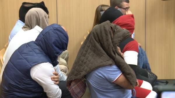 Los acusados con los rostros y las cabezas cubiertos al inicio del juicio