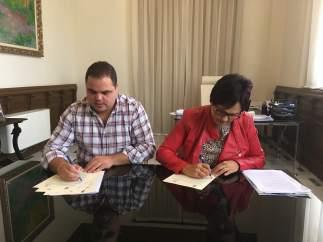Víctor Torres y Dolores García firman el acuerdo para impulsar el cooperativismo