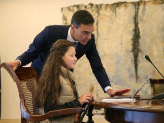 Sánchez con la niña de nueve años que fue presidenta por un día
