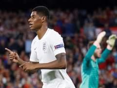 Marca Alcácer cuando llevaba solo un minuto ante Inglaterra (1-3)
