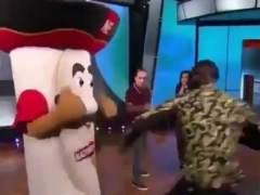 Deontay Wilder le rompe la mandíbula de un puñetazo a la mascota de un programa