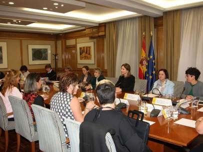 Las afectadas por el anticonceptivo Essure se reúnen con la ministra de Sanidad, María Luisa Carcedo.