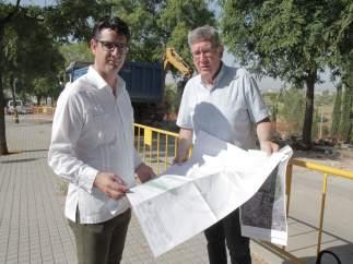 El presidente y el gerente de la GMU durante las obras en Mirabueno