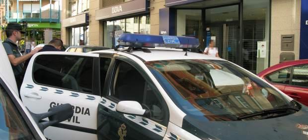 Un hombre sorprende en el banco un año y medio después al ladrón que le hurtó 13.000 € al descuido