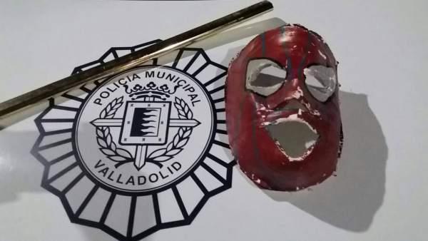 Máscara y barra metálica empleada por el menor interceptado