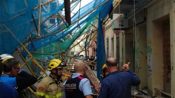 Imagen cedida por los Bombers de la Generalitat en la que se observa el andamio que ha caído en la calle del Mar de Pineda de Mar y ha causado cuatro heridos, uno de los cuales está en estado crítico.