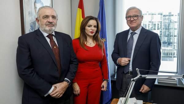 Silvia Clemente junto a Valcárcel (d) y Díaz de Mera (i)