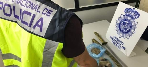 Detenido en Benidorm un presunto traficante con un kilo de cristal y una katana oculta a la espalda