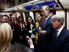 """Felipe VI coge el Metro en el acto del centenario y justifica que no sea usuario: """"Me pilla un poco a desmano"""""""