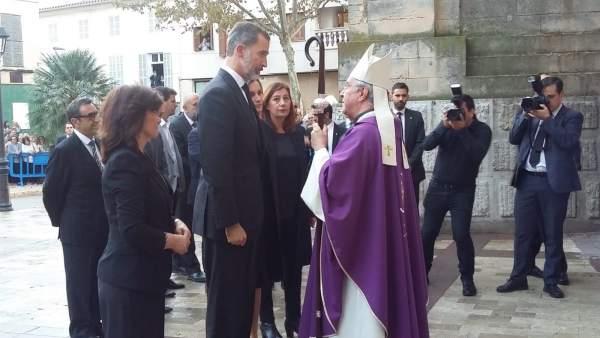 Los Reyes Felipe y Letizia con el obispo Sebastià Taltavull