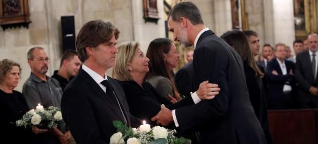Los Reyes asisten a un funeral multitudinario en conmemoración por las víctimas de las ...