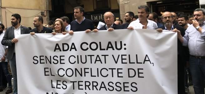El Gremi de Restauració protesta junto a representantes políticos.