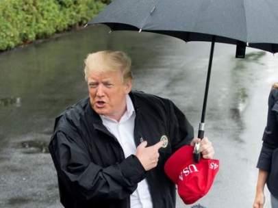Donald Trump deja sin paraguas a Melania