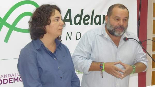 Rafael Sánchez Rufo y Esther Carbajo, ante los medios.