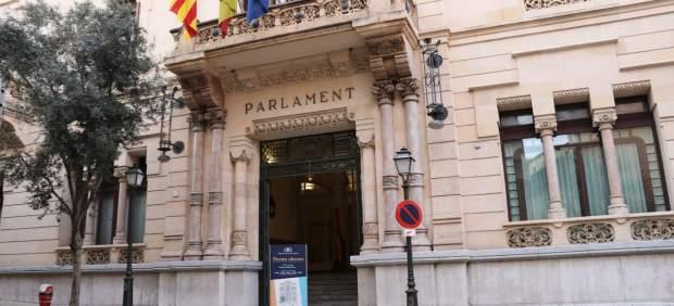 El Parlament pide al Govern implantar progresivamente el programa educativo 'tutoría entre iguales'