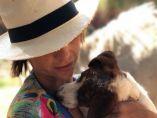Macarena Gómez y su perra