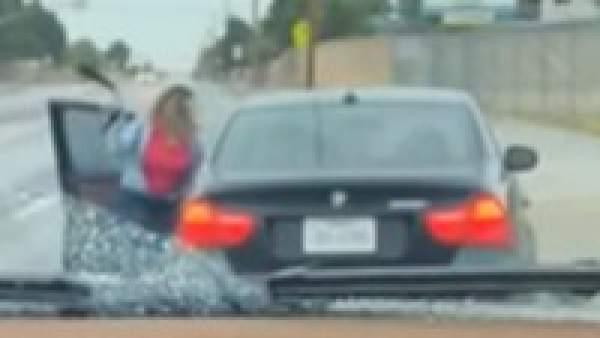 Una madre azota a su hijo por llevarse el coche familiar
