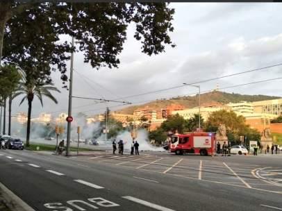 Acción de protesta de los okupas del casal de Gràcia Ca La Trava, desalojado el pasado jueves por los Mossos, en la avenida Diagonal de Barcelona.