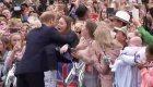 Una fan rompe a llorar por el abrazo del príncipe Harry
