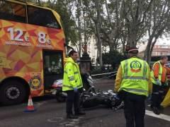 Muere un motorista tras caer y ser atropellado por una hormigonera en el Paseo del Prado