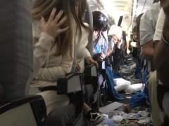 """15 heridos en un vuelo de Aerolíneas Argentinas por una """"turbulencia severa"""" que hizo """"volar"""" a pasajeros en la cabina"""
