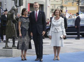 Felipe VI, doña Letizia y la reina Sofía llegan al Campoamor