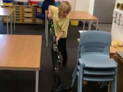 Un colegio inglés pone a sus alumnos a limpiar su aula