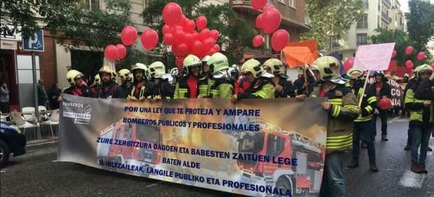 Miles de bomberos salen a la calle para exigir una Ley Marco que regule su profesión