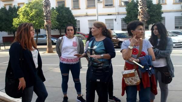 Visita de Susana Serrano (Participa Sevilla) al barrio de Pedro Salvador