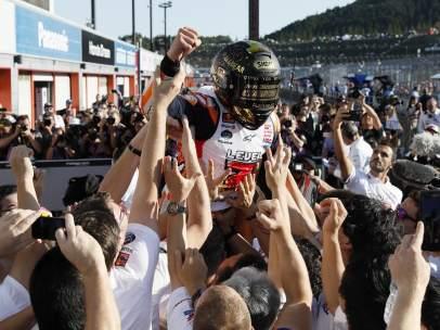 Márquez celebra el Mundial con su equipo