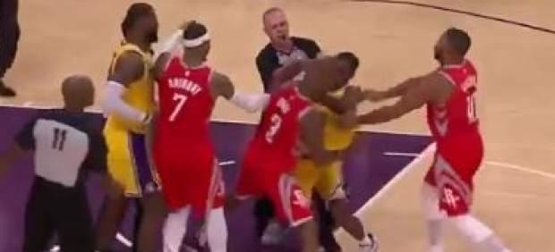 Pelea barriobajera con escupitajos y puñetazos en el Rockets-Lakers de la NBA