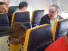 Un pasajero la lía en un vuelo de Ryanair por no querer sentarse al lado de una mujer negra
