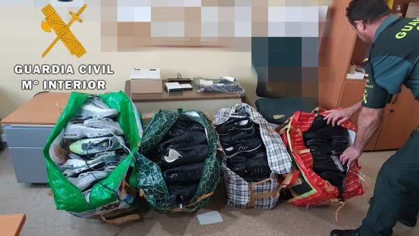 Zapatillas intervenidas por la Guardia Civil de Almería en el puerto