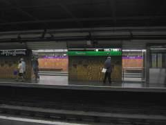Dos hombres apuñalan a un vigilante del Metro de Barcelona