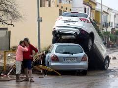 Graban cómo las lluvias provocan el derrumbe del muro de un colegio en Málaga