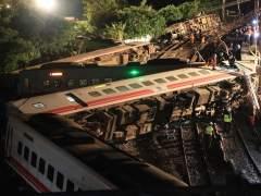 Al menos 18 muertos y 187 heridos al descarrilar un tren en Taiwán